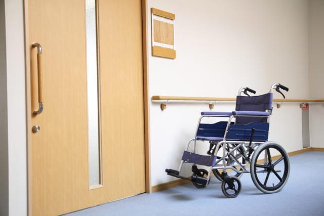 病院の廊下に置かれた車椅子