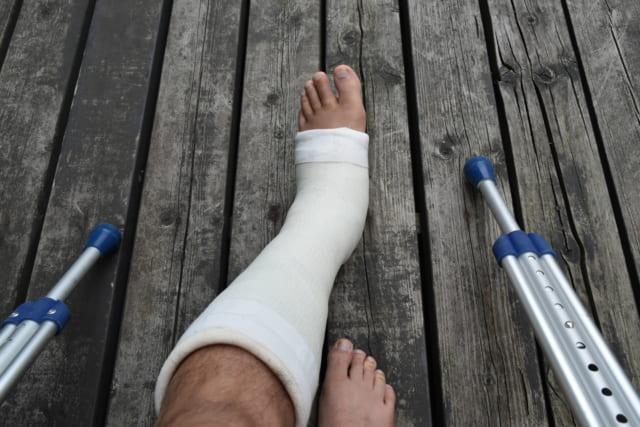 骨折した足