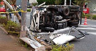 自動車が事故に遭った図